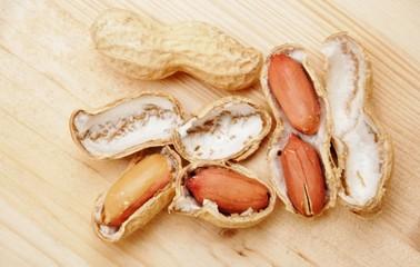 arachidi sù tavolo di legno