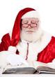 Weihnachtsmann liest ein Buch