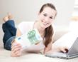 Attraktive Frau zuhause hält 100 Euro