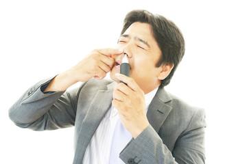 鼻毛剃りをするビジネスマン