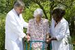 infirmier aidant une personne agée avec un déambulateur