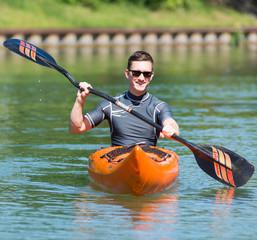 junger mann mit dem kajak auf paddeltour