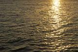Wellen im Sonnenuntergang