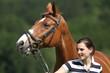 Mädchen mit Pferd im Grünen
