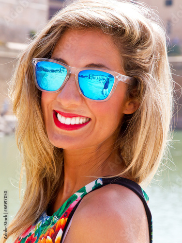 canvas print picture Young woman with sunglasses