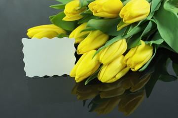 tulipany z dedykacją na czarnym tle
