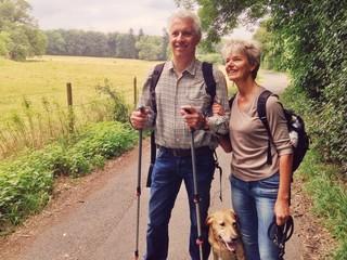Senioren wandern mit Hund