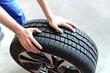 Leinwanddruck Bild - Reifenwechsel in einer KFZ Werkstatt // Tire change by mechanic