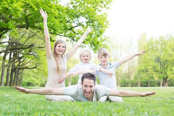 Familie im Park mit zwei Kindern