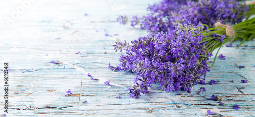 Foto op Aluminium Bloemen Fresh lavender on wood