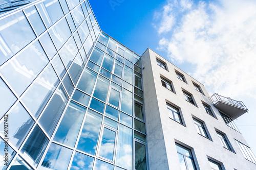 Glasfassade eine modernen Gebäudes - 66927402