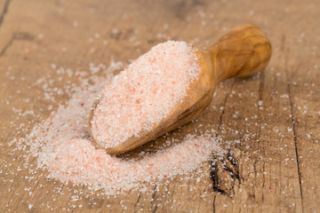 fine himalayan salt in a wooden scoop