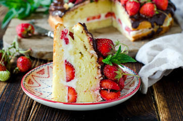 Sponge cake with cream, strawberries and chocolate