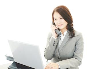 電話対応をする女性