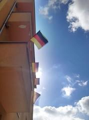 Deutsche Fahnen am Balkon wehen im Wind