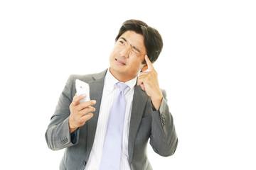 スマートフォンを持つ男性