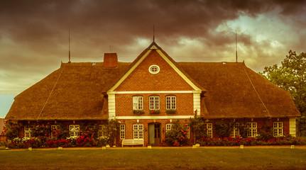 Reetdachhaus mit roten Backsteinen