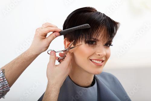 mata magnetyczna Fryzjer robi fryzurę. Brunetka z krótkimi włosami