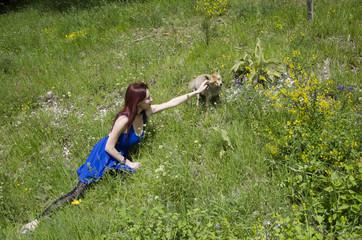 Ragazza accarezza una volpe