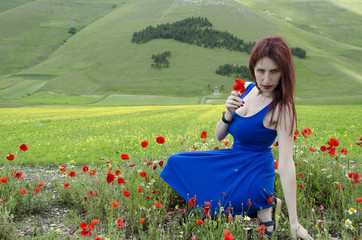 Donna dal vestito blu tra i papaveri