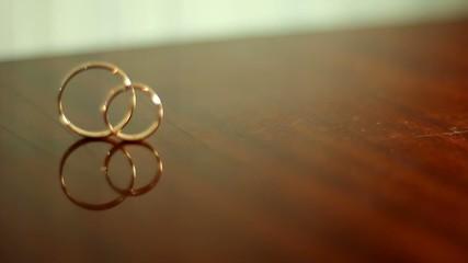 кольца на  столе