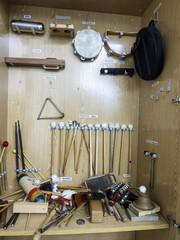 Armario con instrumentos de percisión ordenados