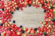 canvas print picture - Sommerbeeren-Rahmen mit Holzhintergrund