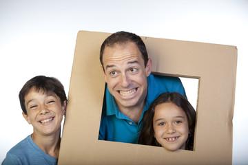 Hombre y niños haciendo caras