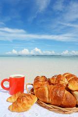 美しいビーチとおいしそうなパン
