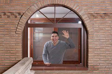 hombre en ventana