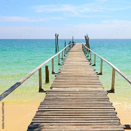 Drewniany pomost na morzu