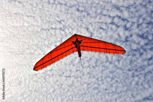 Foto op Plexiglas Luchtsport Hang gliding man on a white wing with sky in the background