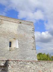 часть стены замка с бойницей