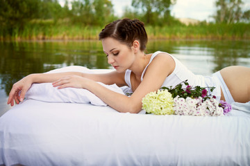 Девушка релаксирует на пруду