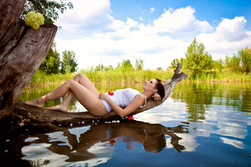 Девушка отдыхает у пруда
