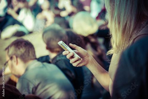 Leinwanddruck Bild Smartphone-Nutzerin in der Öffentlichkeit