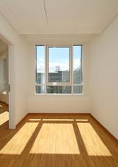 Fensterfront mit Sonneneinstrahlung