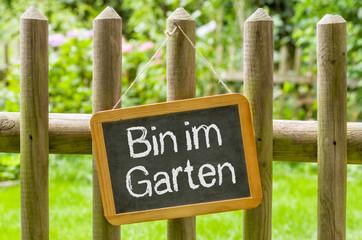 Kreidetafel mit der Aufschrift Bin im Garten