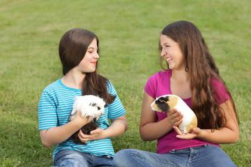 Teenager mit Meerschweinchen