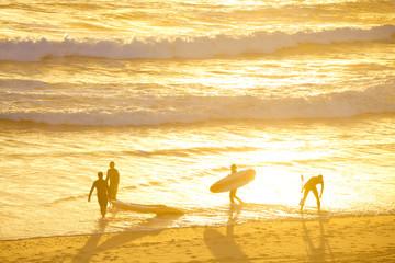 Surfer auf dem Weg ins Wasser