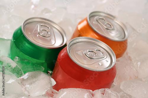 Leinwandbild Motiv Cola und Limonade in Dosen auf Eis