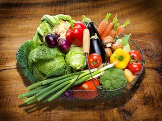 Gemüsekorb auf Holztisch
