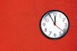 Leinwanddruck Bild - Uhr auf Roter Wand