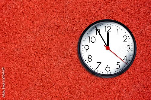 Leinwanddruck Bild Uhr auf Roter Wand