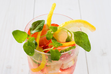 Cocktail con frutta fresca, close-up