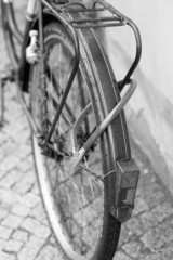 altes angeschlossenes Fahrrad
