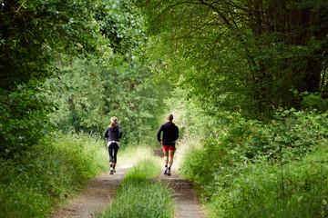 Paar beim joggen in der Natur