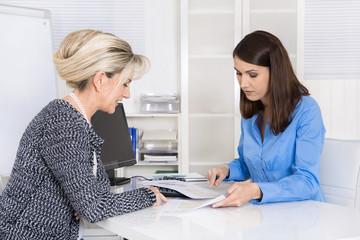 Business Meeting: zwei Frauen im Beratungsgespräch