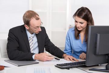 Besprechung im Team: Business Meeting - Mann und Frau