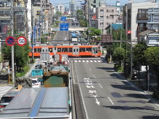 路面電車の踏切と道路